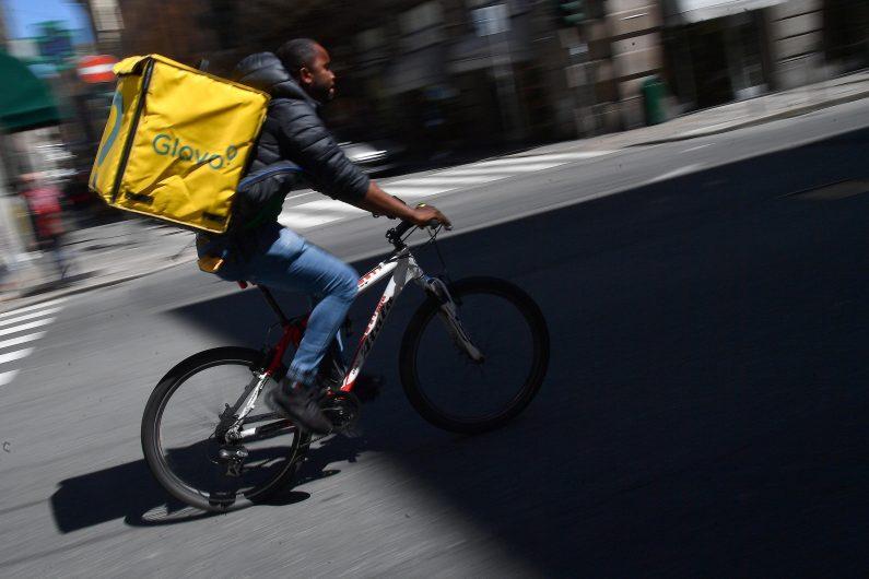 Un rider della Glovo impegnato in una consegna nel centro della citta', Genova, 30 aprile 2019. ANSA/LUCA ZENNARO