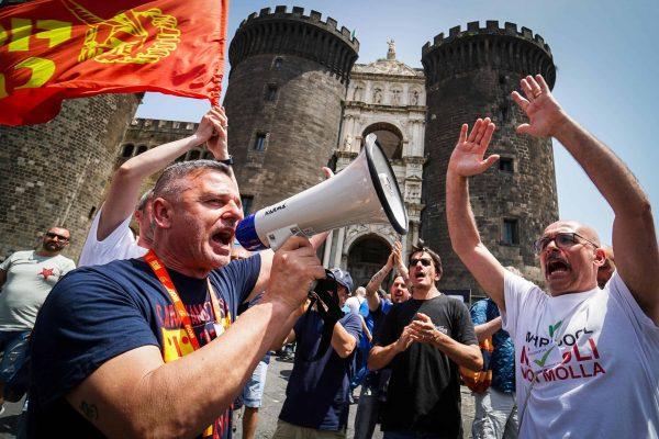 Un gruppo di lavoratori della Whirlpool all'esterno del Maschio Angioino, dove è in corso una seduta straordinaria del consiglio comunale sulla vertenza Whirpool, Napoli, 11 giugno 2019. ANSA/CESARE ABBATE
