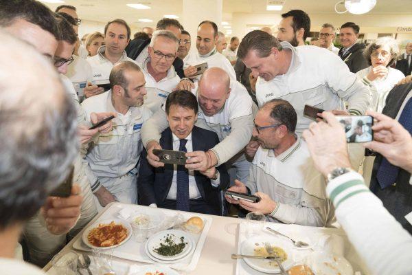 Il presidente del Consiglio, Giuseppe Conte, a pranzo durante la visita allo stabilimento Fca di Melfi (Potenza), 25 novembre 2019. ANSA/FILIPPO ATTILI/US PALAZZO CHIGI ++ NO SALES, EDITORIAL USE ONLY ++