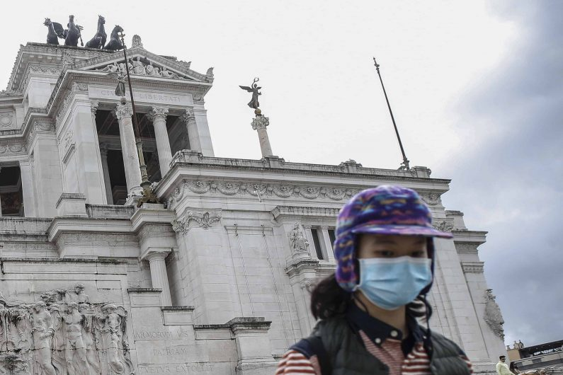 Una turista asiatica con mascherina davanti all'Altare della Patria, Roma 2 febbraio 2020. ANSA/FABIO FRUSTACI