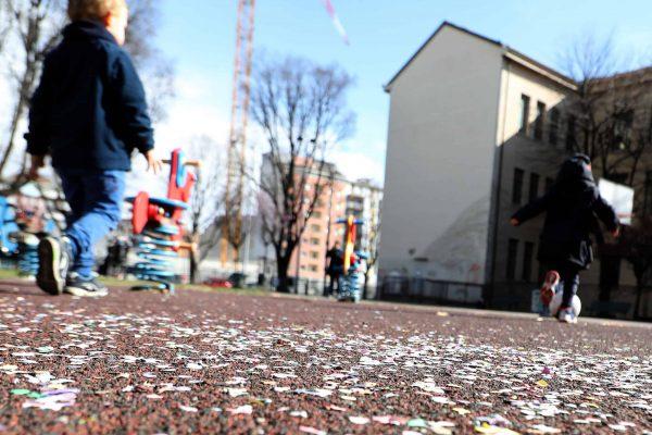 Alcuni bambini giocano in un parco giochi in via Gattamelata a Milano. Da inizio settimana le scuole e le universitˆ lombarde sono chiuse per contrastare la diffusione del Corona Virus. Milano, 26 Febbraio 2020.ANSA / MATTEO BAZZI