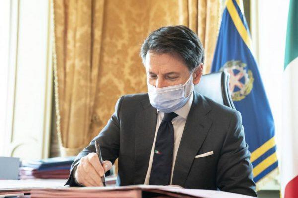 Il premier Giuseppe Conte firma il nuovo dpcm a palazzo Chigi aRoma, 13 ottobre 2020. ANSA/GOVERNO.IT EDITORIAL USE ONLY NO SALES