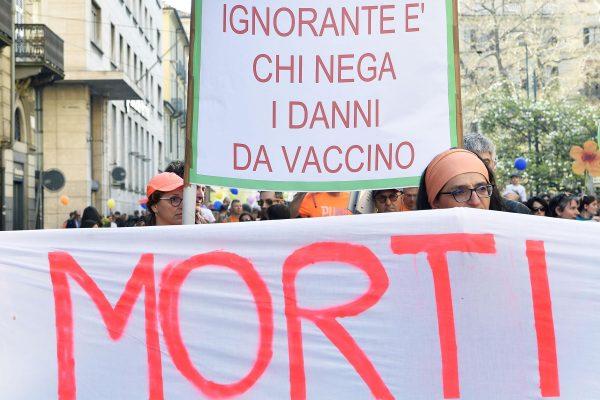 Partecipanti alla manifestazione No Vax a Torino, 23 marzo 2019.ANSA/ALESSANDRO DI MARCO