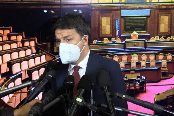 Il leader di Italia Viva, Matteo Renzi, risponde alle domande dei giornalisti a margine della conferenza stampa al Senato a Roma, 28 dicembre 2020.ANSA/ALANEWS