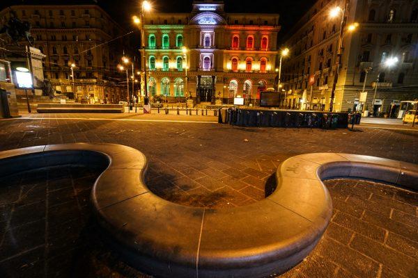 Il palazzo della Borsa di Napoli, simbolo dell'economia del territorio illuminato con i colori della bandiera italiana a Napoli 24 Aprile 2020. ANSA/CESARE ABBATE/