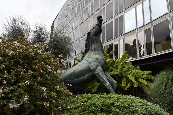 La statua del cavallo di Francesco Messina all'ingresso della sede Rai di viale Mazzini durante la presentazione del programma ''Sette Storie'' in onda su Rai1, Roma, 02 ottobre 2020. ANSA/RICCARDO ANTIMIANI