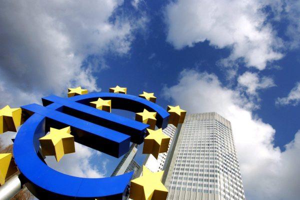 20090709 - FIN - FRANCOFORTE - BCE: RIPRESA IN 2010; AIUTI BANCHE NON PESANO SU CONTI ITALIA - Una foto d'archivio della sede della Banca centrale europea del 13 gennaio 2005. L'economia di Eurolandia tornera' a crescere entro la meta' del 2010, secondo le previsioni della Bce ci sara' una ''persistente'' debolezza nel resto del 2009 e, dopo una fase di stabilizzazione, la ripresa. Per la Bce le misure anticrisi prese a sostegno di banche e del sistema finanziario provocheranno quest'anno un incremento medio del debito pubblico pari al 3,3% del Pil in Eurolandia. In Italia, Cipro, Malta, Lussemburgo e Slovacchia pero', l'impatto sara' pari a zero vista l'assenza di aumenti di capitale o acquisizioni di attivita' direttamente a carico dello stato. ANSA/ARNE DEDERT/GID