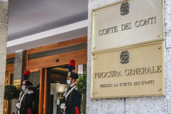 L'ingresso della Corte dei Conti durante la cerimonia di parificazione del rendiconto generale dello Stato per l'esercizio finanziario 2019, Roma 23 giugno 2020. ANSA/FABIO FRUSTACI
