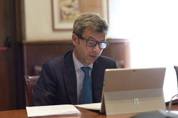 In una foto da Twitter il ministro del Lavoro e delle Politiche Sociali, Andrea Orlando alla riunione della Rete per l'inclusione sociale, Roma, 28 luglio 2021. ANSA +++ ATTENZIONE LA FOTO NON PUO? ESSERE PUBBLICATA O RIPRODOTTA SENZA L?AUTORIZZAZIONE DELLA FONTE DI ORIGINE CUI SI RINVIA +++ ++ HO - NO SALES, EDITORIAL USE ONLY ++