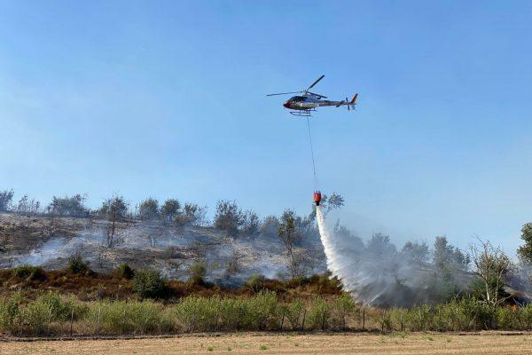 Un incendio nella zona di campagna di Maccarese. Sul posto, lungo via dei Collettori e via delle Tamerici, sono intervenute squadre dei vigili del fuoco, elicotteri e protezione civile di Fiumicino, 2 settembre 2021.ANSA/LUCIANO DEL CASTILLO