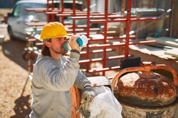 operaio caldo beve cantiere muratore