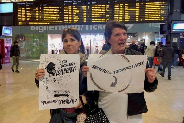 Trenord: pendolari in protesta a stazione Garibaldi a Milano. 'E' sempre troppo tardi' lo slogan della manifestazione. ANSA