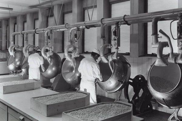 Operatori al lavoro alle apparecchiature dello Stabilimento farmaceutico Recordati