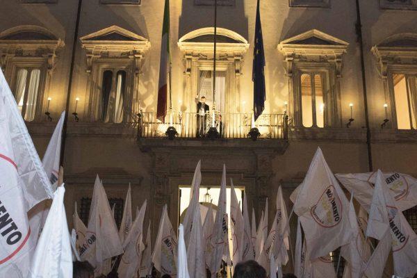 Il vicepremier Luigi Di Maio e i ministri del M5s si sono affacciati dalle finestre di palazzo Chigi per salutare il gruppo di manifestanti che stanno festeggiando davanti palazzo Chigi.