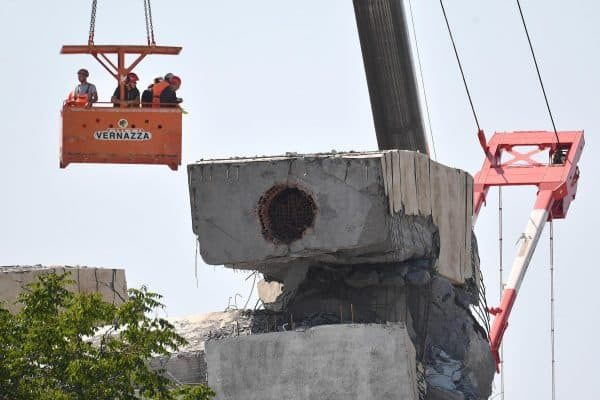 The technicians and experts at work to evaluate the remains of the structural elements of Morandi bridge that could be useful for the investigations in Genoa, 21 August 2018. ANSA / LUCA ZENNARO