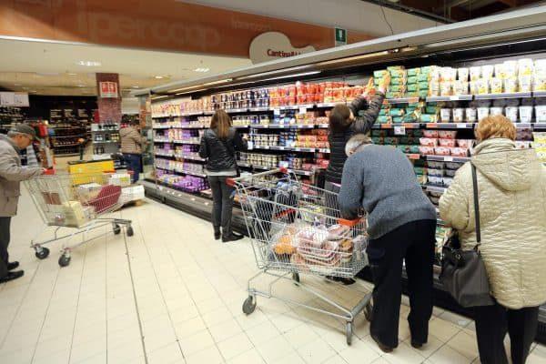 Alcune persone fanno la spesa in un supermercato a Bologna, in una foto d'archivio del 12 novembre 2014. ANSA/GIORGIO BENVENUTI