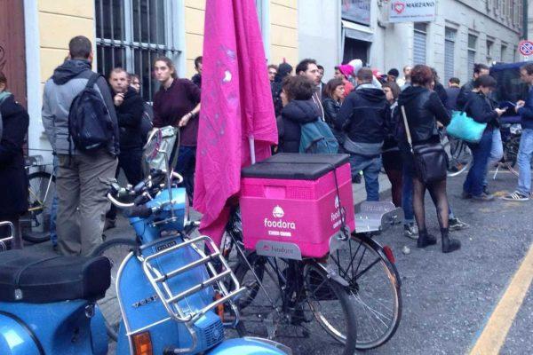 La protesta dei 'riders' di Foodora, i ragazzi che consegnano il cibo a domicilio, davanti alla sede torinese.