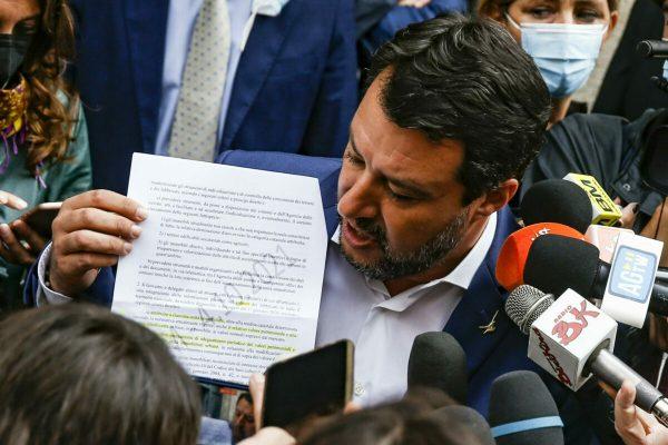 Il leader della Lega, Matteo Salvini, parla con i giornalisti nei pressi del Senato, Roma, 6 ottobre 2021. ANSA/FABIO FRUSTACI