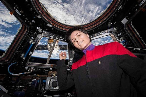 +++ATTENZIONE LA FOTO NON PUO' ESSERE PUBBLICATA O RIPRODOTTA SENZA L'AUTORIZZAZIONE DELLA FONTE DI ORIGINE CUI SI RINVIA+++Una foto tratta dal profilo Twitter della NASA mostra alcune fasi delle operazioni di rientro della navetta russa Soyuz che si è sganciata dalla stazione orbitale ed ha cominciato il viaggio che in 200 minuti riporterà sulla terra l'astronauta dell'Agenzia Spaziale Europea (ESa) Samantha Cristoforetti, l'americano Terry Virts ed il russo Anton Shkaplerov, Roma, 11 Giugno 2015. ANSA/TWITTER/NASA