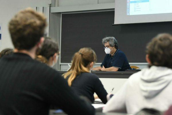 Studenti universitari del Politecnico seguono una lezione in presenza, Milano, 12 aprile 2021. Suona la campanella da questa mattina per quasi 6,6 milioni di alunni sugli 8,5 milioni delle scuole statali e paritarie, otto su dieci. Quasi un milione in più della settimana scorsa, di cui ben 400 mila in Lombardia. ANSA/DANIEL DAL ZENNARO