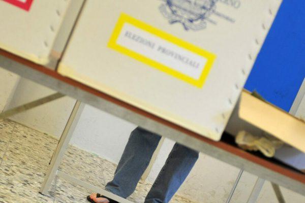 20090607 - EMPOLI - POL - EUROPEE: CONTO ALLA ROVESCIA PER RISULTATI, AFFLUENZA IN CALO. L'interno di una sezione elettorale, oggi 07 giugno 2009, ad Empoli. Conto alla rovescia per i risultati delle elezioni nei 27 paesi dell'Ue, dove stasera si concludono, tra forti timori di un astensionismo record, le operazioni di voto per scegliere i 736 eurodeputati. In Italia alle 12 aveva votato il 30,7%, contro il 34,1% del 2004. In calo anche l'affluenza alle amministrative: alle comunali aveva votato il 38,8% contro il 40,2% delle precedenti; alle provinciali il 33,5% contro il 35,3%. I seggi chiudono alle 22, poi comincera' lo scrutinio per le europee. Lo scrutinio per provinciali e comunali comincera' domani alle 14. ANSA/FRANCO SILVI/DRN