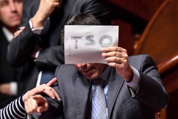 Un cartello con la scritta 'TSO' esposto tra i banchi del Partito Democratico nell'Aula del Senato, durante la dichiarazione di voto della vicepresidente Paola Taverna (M5s) sul decretone in materia di reddito di cittadinanza e di pensioni, Roma, 27 febbraio 2019. ANSA/ALESSANDRO DI MEO
