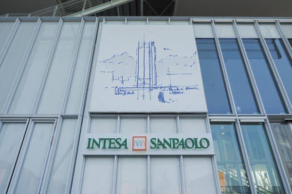intesa sanpaolo Claudio Divizia / Shutterstock.com