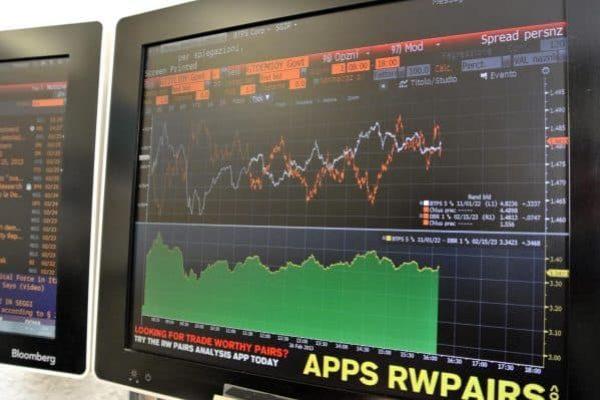 Una schermata dal monitor di Bloomberg mostra l'andamento negativo dello spread e le perdite di piazza affari in Borsa, 26 febbraio 2013.ANSA/LUCIANO DEL CASTILLO