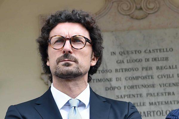 Il ministro dei Trasporti Danilo Toninelli durante l'inaugurazione del Salone dell'Auto - Parco Valentino a Torino, 6 giugno 2018. ANSA/ ALESSANDRO DI MARCO