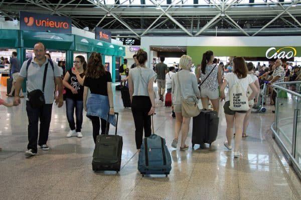 Aerostazioni super affollate all'aeroporto di Fiumicino, dove in questi giorni stanno affluendo centinaia di migliaia di passeggeri ogni giorno, sia in partenza per le consuete vacanze estive, sia dei turisti in arrivo che giungono da ogni parte del mondo per visitare il nostro Paese, 9 luglio 2017. ANSA/ TELENEWS