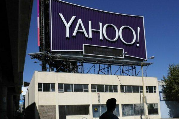 epa06102799 A pedestrian walks past Yahoo's iconic San Francisco billboard in San Francisco, California, USA, 21 July 2017. Last month, Verizon completed its 4.48 Billion US dollar purchase of Yahoo. EPA/JOHN G. MABANGLO